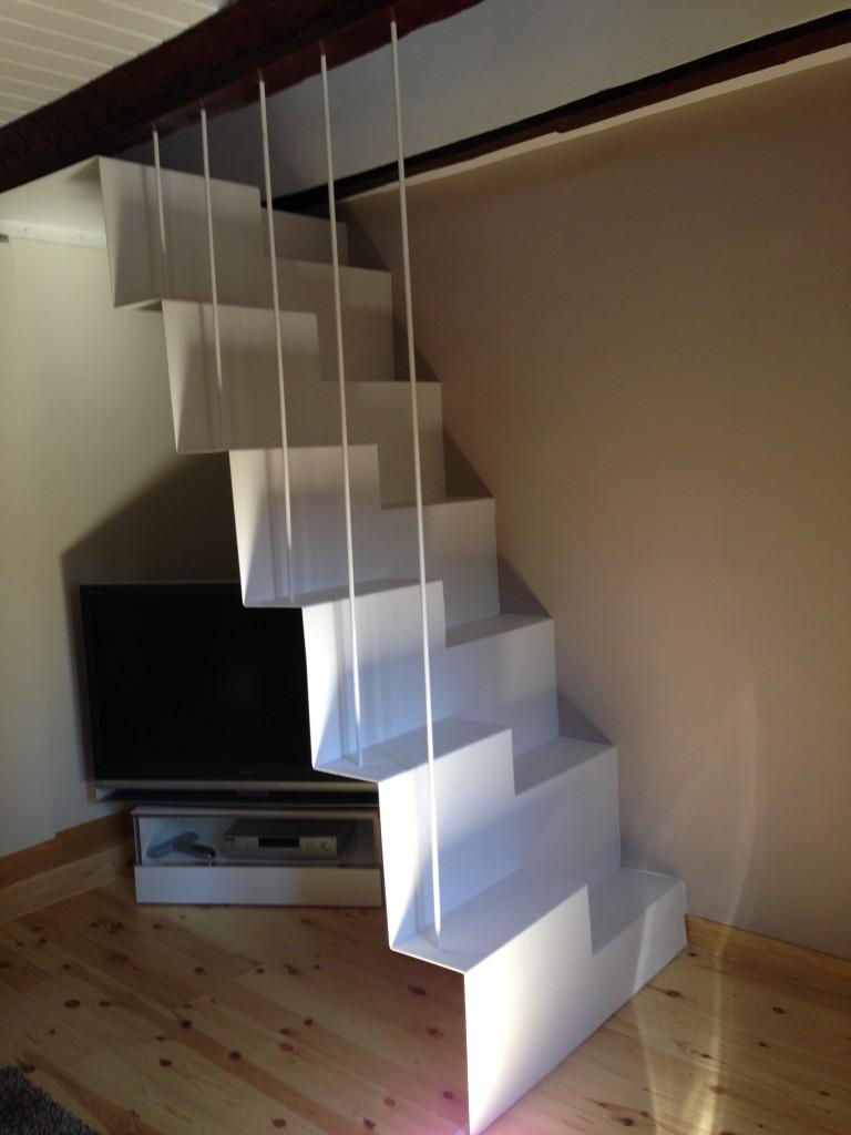 Escalera instalada en Apartamentos Los Ojos de la Mora